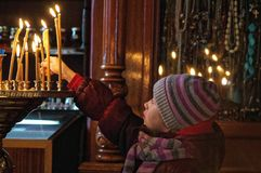 Ung ptayer i en kyrka Royaltyfri Bild