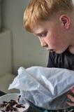 Ung röd haired pojke vid frukosten arkivbilder
