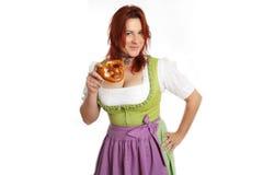Ung röd head kvinna i traditionell bavariandräkt Fotografering för Bildbyråer