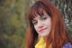 Ung rödhårig flicka i höst Arkivbilder