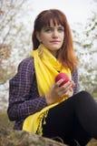 Ung rödhårig flicka i höst Arkivfoto