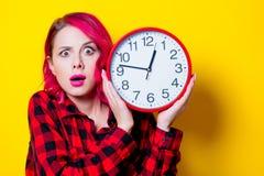 Ung rödhårig manflicka med den stora klockan Arkivfoton