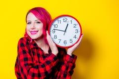 Ung rödhårig manflicka med den stora klockan Arkivbild
