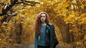 Ung rödhårig manflicka utomhus fotografering för bildbyråer