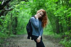 Ung rödhårig manflicka utomhus arkivfoto