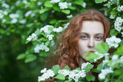 Ung rödhårig manflicka utomhus arkivfoton