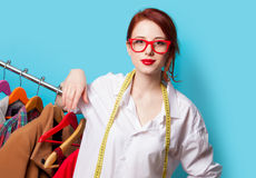 Ung rödhårig manformgivare med meter och kläder arkivfoton