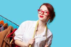 Ung rödhårig manformgivare med meter och kläder Arkivbilder