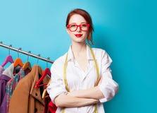 Ung rödhårig manformgivare med meter och kläder royaltyfria foton