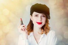 Ung rödhårig mankvinna i hatt med läppstift för makeup Royaltyfria Foton