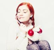 Ung redhairkvinna med hjortleksaken royaltyfria bilder