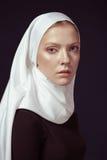 Ung religiös kvinna i en vit sjal royaltyfri foto