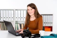 Ung reporter i redaktörs- kontor Arkivbilder