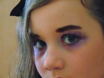 Ung Retro flicka i lilor royaltyfri foto