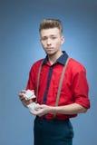Ung retro man som skakar spela kort Fotografering för Bildbyråer