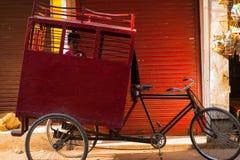 Ung Rickshaw för cirkulering för pojkeskolatrans. arkivfoton