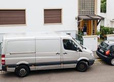 Ung ringning för ask för jordlott för papp för leveransman hållande på Det Royaltyfria Bilder