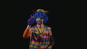 Ung rolig clown som ropar och använder en megafon lager videofilmer