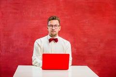 Ung rolig man med bärbara datorn på dagen för St-valentin` s arkivfoto