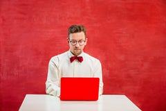 Ung rolig man med bärbara datorn på dagen för St-valentin` s arkivbilder