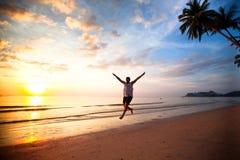 Ung rolig manspring på havsstranden Royaltyfri Fotografi