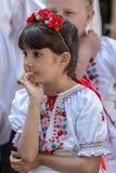 Ung rumänsk flicka i traditionell folkdräkt royaltyfri foto