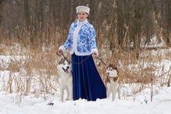 Ung rysskvinna med två hundkapplöpning Arkivfoto