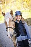 Ung ryttare med hästen royaltyfria bilder