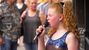 Ung sångare- och gatamusiker som utför på Broadway i Nashville - NASHVILLE, FÖRENTA STATERNA - JUNI 16, 2019 stock video