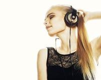 Ung söt begåvad tonårs- flicka, i isolerat att sjunga för hörlurar Arkivfoto