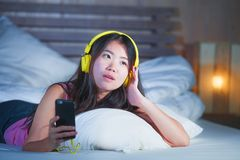 Ung sötsak och lycklig asiatisk kinesisk 20-talkvinna som lyssnar till musik Arkivbild