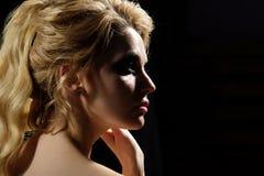 Ung sakkunskap kvinnan av danar Sexig dekorativ makeup för kvinnakläder Kvinna med långt blont hår sexig flicka Går mode royaltyfri fotografi