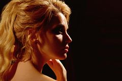 Ung sakkunskap kvinnan av danar Sexig dekorativ makeup för kvinnakläder Kvinna med långt blont hår sexig flicka Går mode royaltyfria bilder