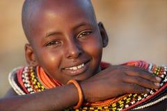 Ung Samburu flicka i bågskyttstolpen, Kenya Arkivfoton
