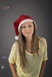 Ung santa flickamodell framme av grå bakgrund Arkivfoto