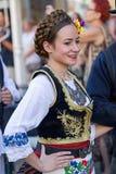Ung serbisk dansare i traditionell dräkt 2 royaltyfri bild