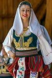 Ung serbisk dansare i traditionell dräkt 3 royaltyfri bild