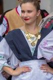 Ung serbisk dansareflicka från Banat, i traditionella dräkter, s royaltyfri fotografi