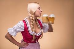 Ung sexig blond bärande dirndl Royaltyfria Bilder