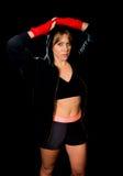 Ung sexig boxningflicka med slågna in händer och handleder i hoodieförklädet som är klart för kamp Arkivbild