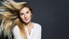 Ung sexig härlig flicka för blont hår i skjorta arkivbilder