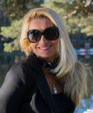 Ung sexig härlig flicka i en parkera med långt blont hår Fotografering för Bildbyråer