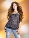 Ung sexig härlig kvinna med långa lockiga hår Royaltyfri Fotografi