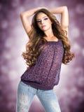 Ung sexig härlig kvinna med långa lockiga hår Royaltyfri Bild