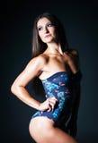 Ung sexig konditionkvinna på väggbakgrund Kondition och Exercis Royaltyfri Fotografi