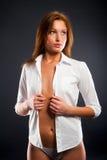 Ung sexig kvinna i den vita skjortan Fotografering för Bildbyråer