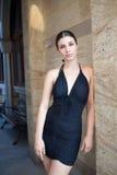 Ung sexig kvinna med den svarta klänningen royaltyfri foto