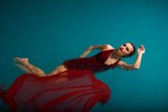 Ung sexig kvinna som flottörhus på simbassäng Arkivfoton