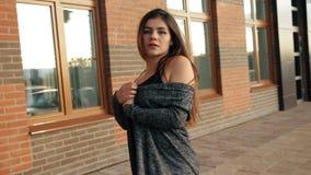 Ung sexig kvinna som går på gatorna av staden lager videofilmer