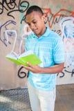 Ung sexig manlig läsning en bok Royaltyfri Bild